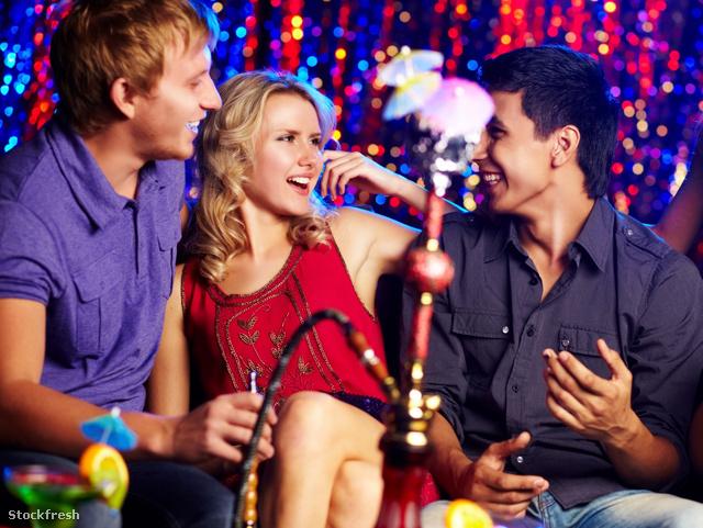 stockfresh 1387415 friends-in-hookah-room sizeM