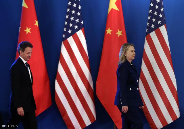 Timothy Geithner amerikai pénzügyminiszter Hillary Clintonnal