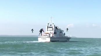 Vasember-ruhát tesztel az angol haditengerészet