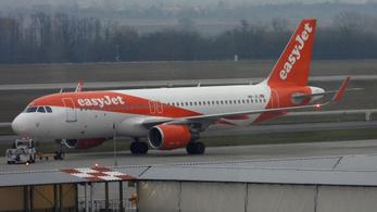 Maszk nélkül szállt repülőre és szándékosan leköhögte az utasokat