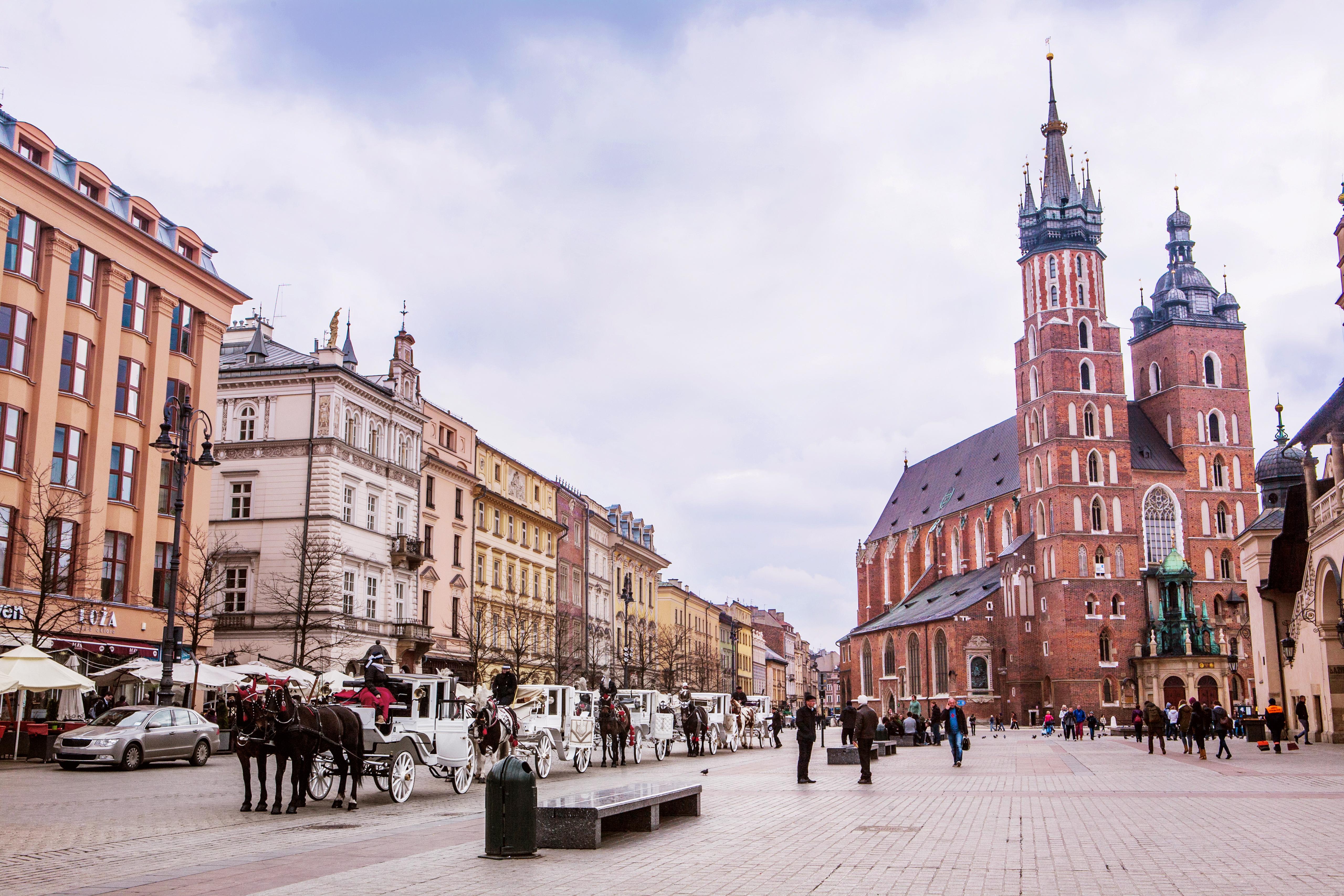 Melyik városban található a különböző magasságú tornyairól is híres templom?