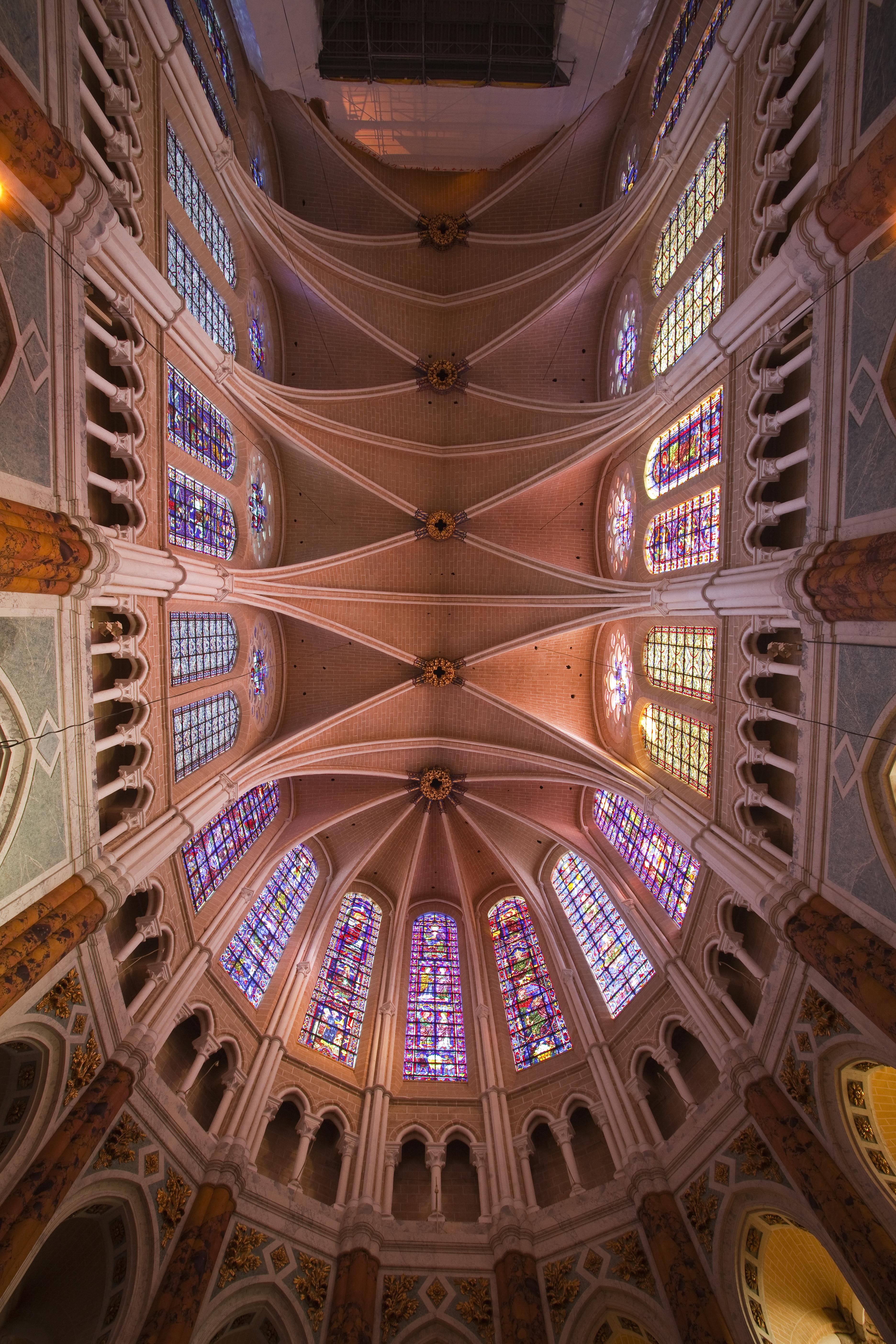 Melyik országban található ez a festett üvegablakairól is híres katedrális?