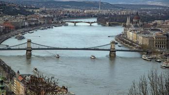 A Margit hídon ugrott a Dunába, a Lánchídnál mentették ki a rendőrök