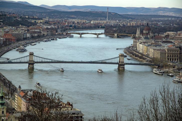 Dunai Látkép a Gellérthegyről, előtérben a Lánchíd, háttérben a Margit híd.