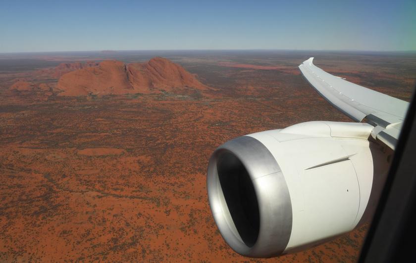 Az Uluru panorámája a repülőgépről.