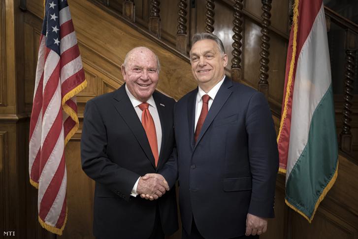 Informális megbeszélést folytatott Orbán Viktor miniszterelnök és David Cornstein, az Egyesült Államok budapesti nagykövete feleségeik társaságában 2020. március 6-án