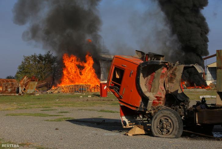 Bombázás utáni tűz egy pamut gyárnál Hegyi-Karabahban 2020. október 19-én