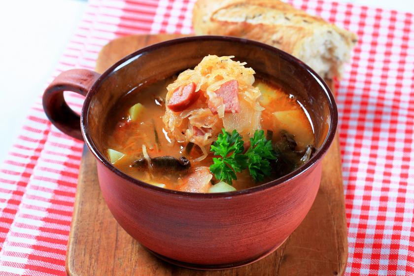 A savanyú káposztából ínyenc levest készíthetsz. Sűrű, laktató, nem éppen diétás, de az íze egyszerűen felejthetetlen. A füstölt húst ne hagyd ki belőle!