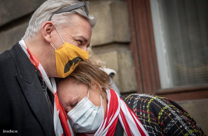 Alföldi Róbert és Csákányi Eszter a hétfői demonstráción
