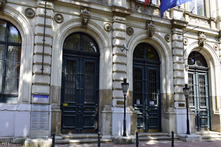 A Budapesti Olasz Kultúrintézet bejárata a VIII. kerületben, a Bródy Sándor utca 8-ban.