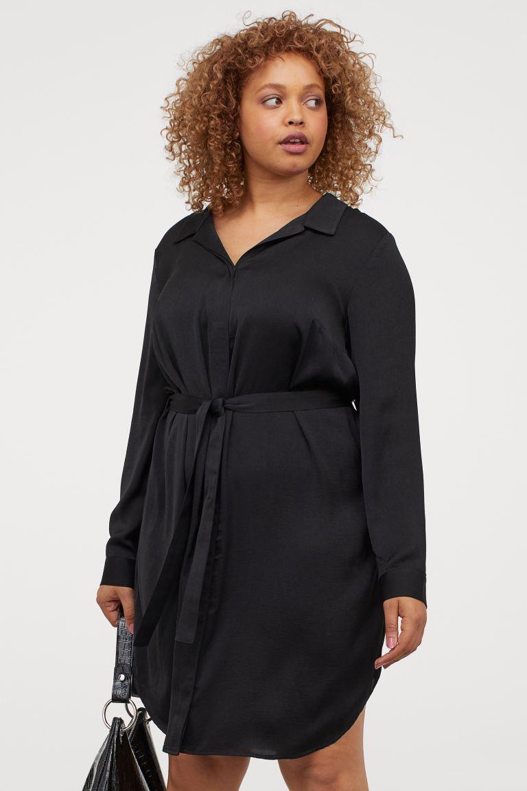 A H&M elegáns, fényes anyagú ingruhája egyszerű, mégis nagyon csinos. Karcsúsítja a derekat, és a hűvösebb időben egy sikkes, vastag harisnyával is jól mutat. 6995 forintért lehet a tiéd.