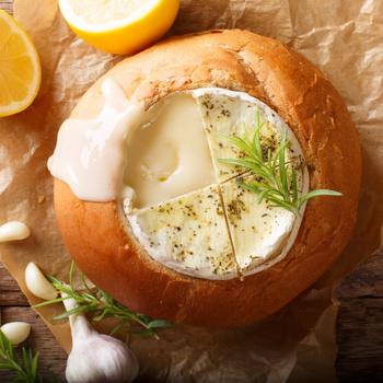 Isteni, cipóban sült camembert – Gyors, meleg vacsoraötlet kezdő szakácsoknak is