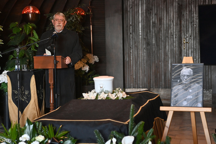 Kásler Miklós beszédet mond Tauber Zoltán, az első magyar paralimpiai bajnok, világbajnok búcsúztatásán a Farkasréti temető Makovecz-ravatalozójában 2020. október 20-án