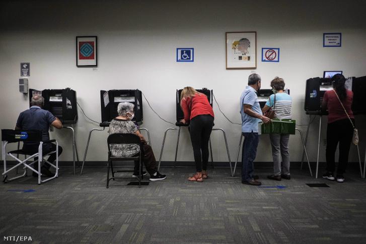 Emberek szavaznak Miamiban 2020. október 19-én a Florida államban tartott előválasztás első napján. Az Egyesült Államokban november 3-án tartják az elnökválasztást