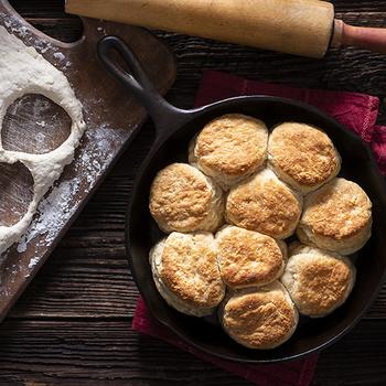 Omlós, vajas pogácsa, ahogy az amerikaiak szeretik – Édes és sós ételek alapja is lehet