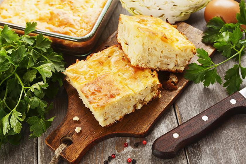 A liszt nélkül készülő káposztás lepénykék szaftos textúrájáról a dinsztelt hagyma és a joghurt gondoskodik, amit sóval, borssal, kakukkfűvel és oregánóval ízesíthetsz. Az olcsó, ám laktató finomság husik mellé, de egymagában is megállja a helyét.