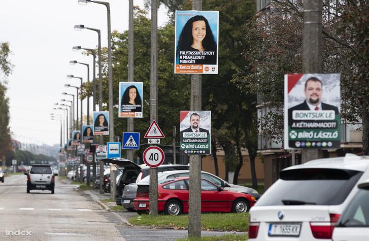 Választási plakátot a borsodi időközi választások idején