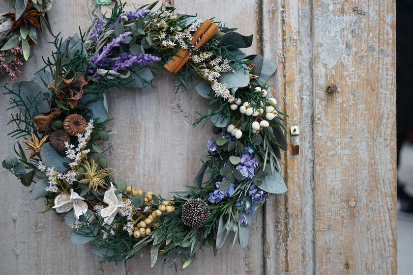 Szárított virágok, fagyöngy és friss levelek teszik igazán bájossá ezt a koszorút. A fahéjrudak becsempészik a karácsonyi hangulatot is.