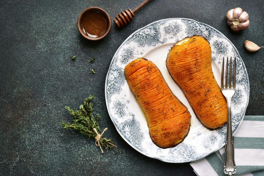 Zöldfűszeres, mézes Hasselback-sütőtök: kívül ropogós, belül puha