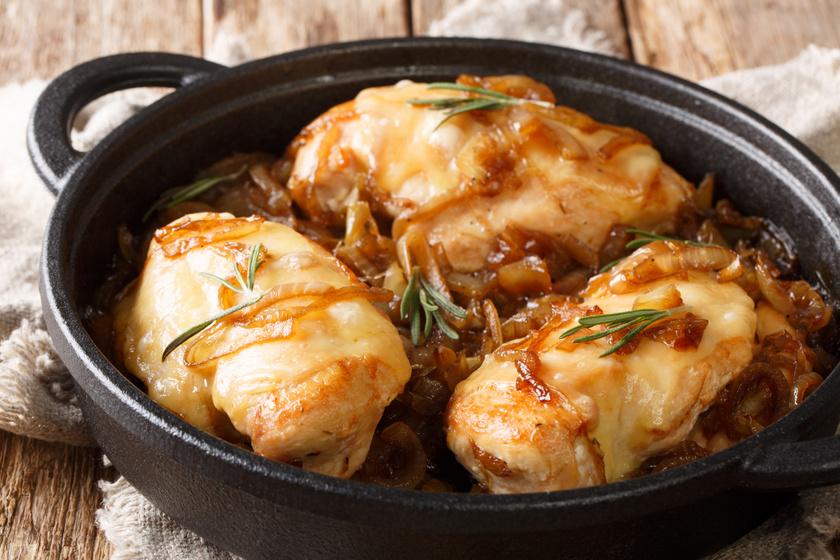 Hagymaágyon sült, sajtos csirkemell: így igazán omlós és szaftos lesz