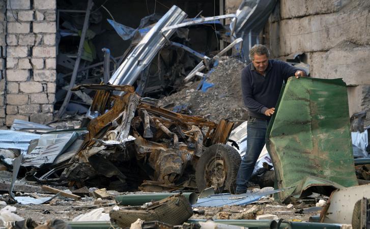 Romeltakarítás azeri támadásban megrongálódott épület udvarán takarítja a hegyi-karabahi Sztyepanakertben, 2020. október 13-án. Az örmény irányítás alatt álló, vitatott hovatartozású területért vívott harcok az október 10-i tűzszünet ellenére kiújultak. Azerbajdzsán és Örményország egymást vádolja a megállapodás megsértésével.