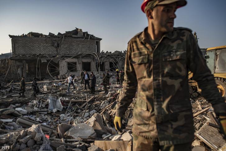 Azeri katonák és tűzoltók túlélőket keresnek 2020. október 17-én, miután az éjjel örmény rakétatámadás érte az északnyugat-azerbajdzsáni Gandzsa városát.