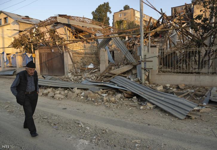 Azerbajdzsáni tüzérségi támadásban romba dőlt ház a többségében örmények lakta Hegyi-Karabah székhelyén Sztyepanakertben 2020. október 17-én.