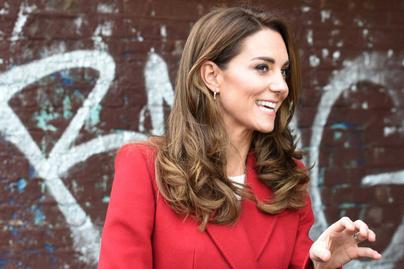 Katalin hercegné bokáig érő, piros kabátjában minden tekintetet magára vonzott