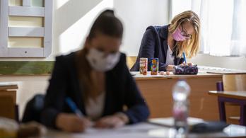 Ma történelemből és francia nyelvből vizsgáznak a diákok az őszi érettségin