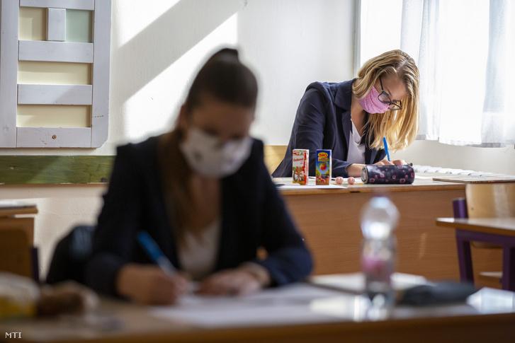 Védőmaszkot viselő diákok a történelem írásbeli érettségi vizsgán 2020. május 6-án