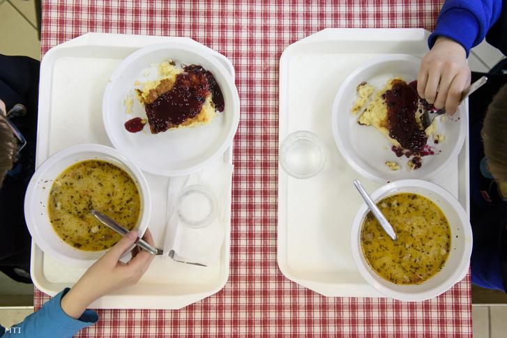 Gyermekek ebédelnek egy egri iskola étkezőjében 2017-ben