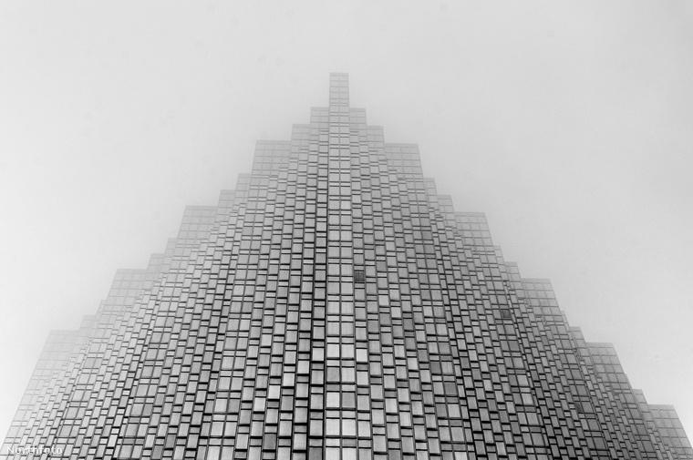 Végezetül egy Kaliforniában található pénzintézet ködbe burkolózó, tekintélyt parancsoló alakját láthatja