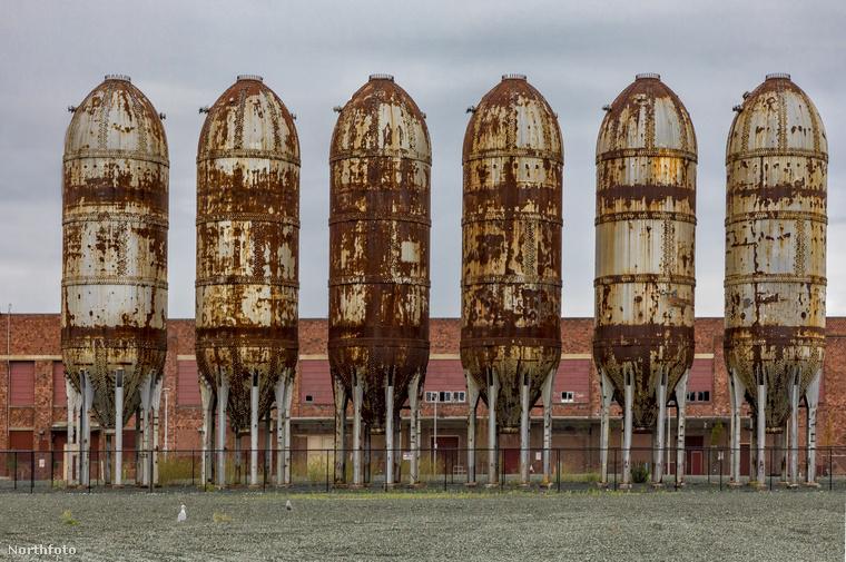 Ki gondolta volna, hogy egy rozsdás gyárterület óriási tartályai bizonyos szemszögből pont úgy néznek ki, mintha  pisztolytöltények lennének?