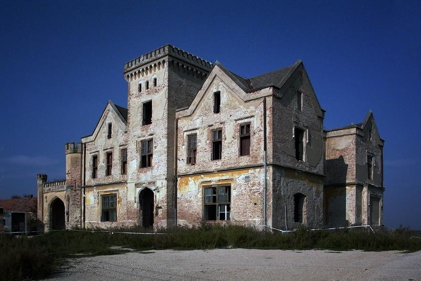 Az egykor pompás Zichy-kastély ma szomorú látvány: fénykorában az angol lovagvárakra hasonlított