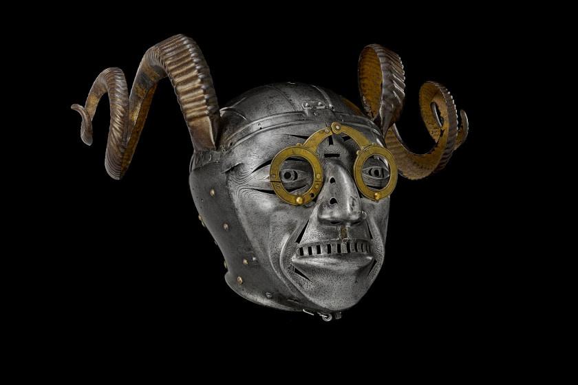 Vitathatatlanul ez a szarvakkal ellátott sisak volt a király legmeghökkentőbb viselete: I. Miksa német-római császártól kapta, és udvari ünnepségeken keltett benne feltűnést.