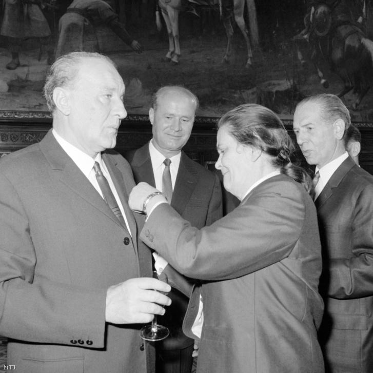 Kádár János (b), a Magyar Szocialista Munkáspárt (MSZMP) Központi Bizottsága első titkára és felesége a pártvezető 60. születésnapja alkalmából rendezett ünnepségen a Parlamentben. A háttérben Losonczi Pál (b2), a Magyar Népköztársaság Elnöki Tanácsának elnöke és Fock Jenő (j), az MSZMP Politikai Bizottságának tagja, a Minisztertanács elnöke