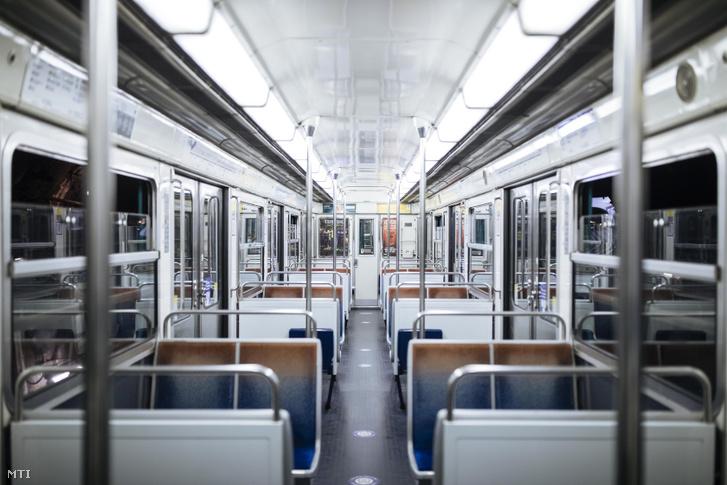 Üres metrókocsi Párizsban 2020. október 17-én miután életbe lépett a kijárási tilalom. Ettől a naptól kezdve a francia kormány egészségügyi rendkívüli állapotot hirdetett ki, ennek keretében december 1-jéig a maximális riasztási övezetekben, így Párizsban és az elővárosokban, valamint nyolc nagyvárosban este 9 órától reggel 6 óráig kijárási tilalom lép hatályba.