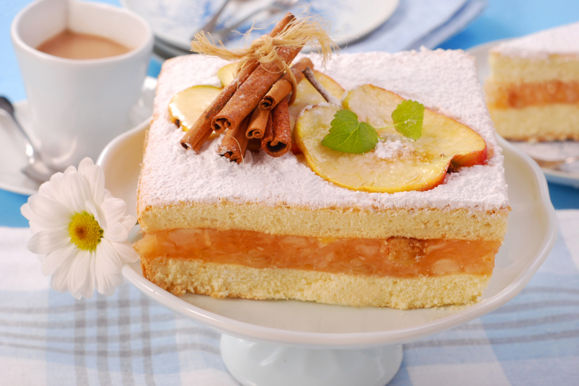 Pillekönnyű pudingos, almás piskóta: a tészta puha, a gyümölcsös töltelék krémes