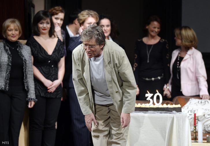 A főszereplő Kern András meghajol a Játszd újra, Sam! című vígjáték jubileumi előadása után a Pesti Színházban 2013. november 29-én