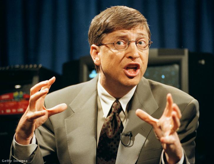 Bill Gates sajtótájékoztatón védi meg 1998. május 18-án, hogy az Internet Explorerrel együtt értékesítik a Windows98-at