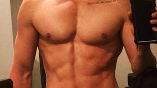 Jared Leto egy meztelen tükörszelfivel lepte meg Insta-követőit