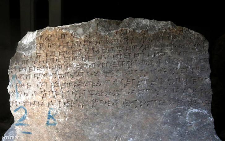 Ékírás egy kõtömbön az észak-iraki Moszul múzeumában