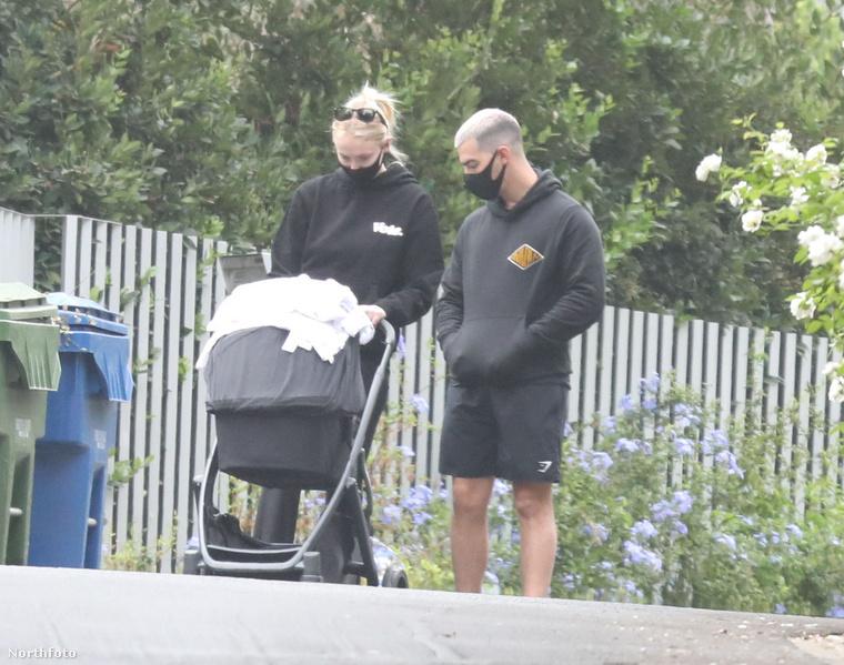 Most néhány kép következik arról, ahogy egy helyes, fiatal pár a pár hónapos babájával sétál