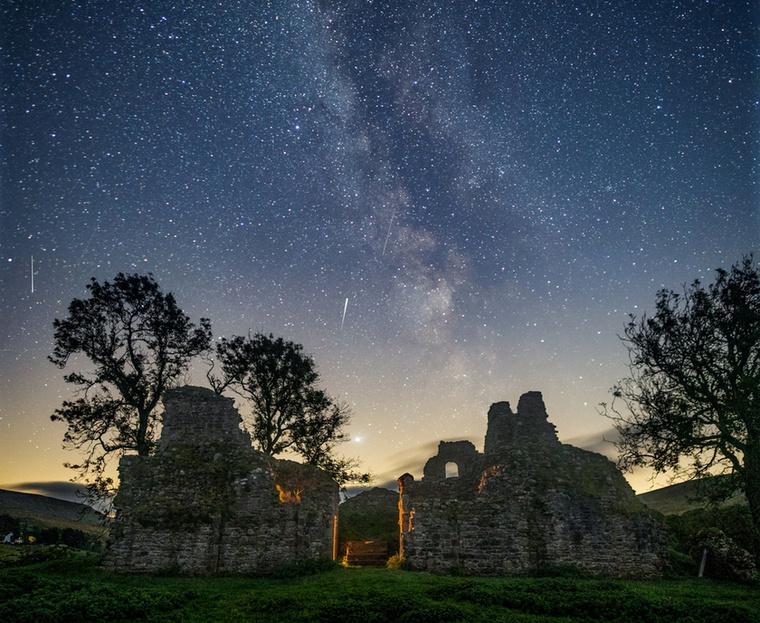 Craig McDearmid, egy angol fotós éppen azon volt, hogy lefotózza a csillagos eget a Cumbriában található Pendragon vár felett, amikor különleges dologra lett figyelmes