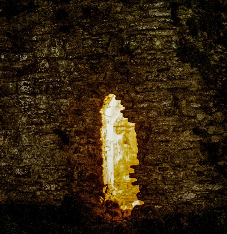 A fotós csak a képek elkészülte után vette észre, hogy a vár kőfalán a másfél évezreddel ezelőtt élt király vonásait bontakoznak ki