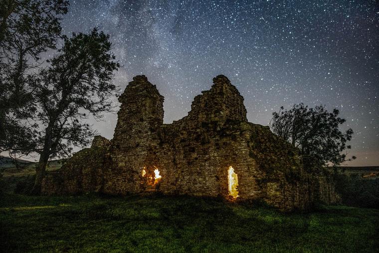 A tompa fényekkel megvilágított várrom között feltűnt a legendabéli Arthur király apja, Uther Pendragon alakja