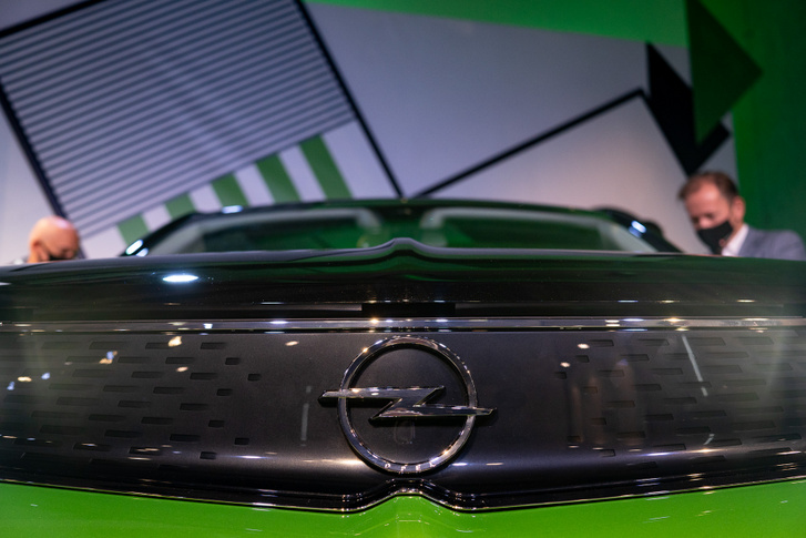 Az Opel logó sem csak króm lehet, ez például fekete. Felette indul a taréj, ami színel a szélvédőn elhelyezett érzékelőkkel