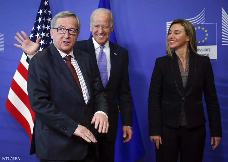 Jean-Claude Juncker, az Európai Bizottság elnöke (b) fogadja Joe Biden amerikai alelnököt (k) és Federica Mogherinit, az Európai Unió kül- és biztonságpolitikai külképviselőjét Brüsszelben 2015-ben. (MTI/EPA/Olivier Hoslet)