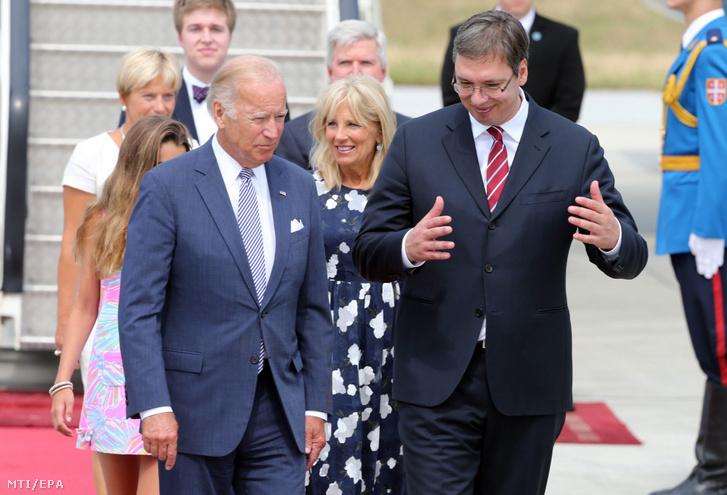 Joe Biden amerikai alelnököt (b) fogadja Alekszandar Vucsics akkori szerb miniszterelnök Belgrádban 2016-ban.