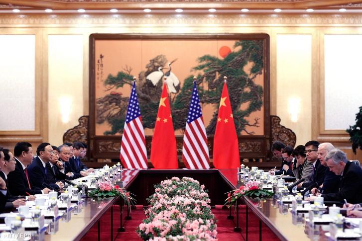Joe Biden amerikai alelnök (j2) Hszi Csin-ping kínai elnök (b2) vendégeként a pekingi Nagy Népi Csarnokban 2013-ban. (MTI/EPA/Pool/Lin Tao Csang)